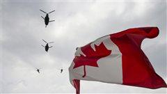 Des hélicoptères CH-47 Chinooks des Forces canadiennes survolent la Colline du Parlement.
