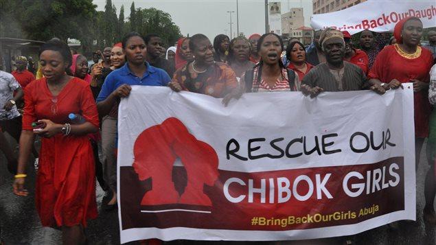 Des manifestantes réclament du gouvernement qu'il vienne en aide aux écolières kidnappées.