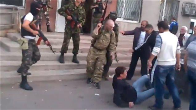 Des gardes nationaux ukrainiens ont ouvert le feu, dimanche, sur une foule rassemblée à l'extérieur de l'hôtel de ville de Krasnoarmeisk.