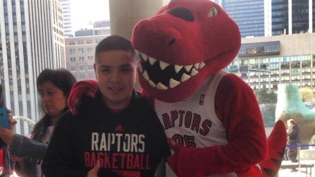 Partisan des Raptors en compagnie de la mascotte de l'équipe à la place Nathan Phillips.