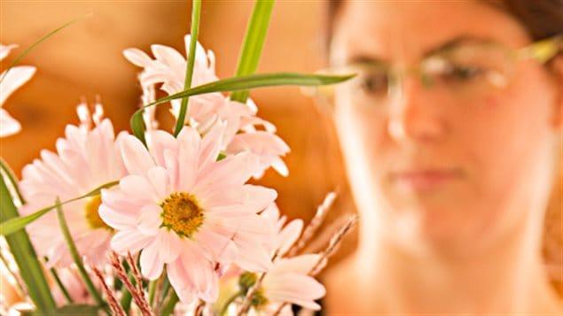 Jennifer prépare un bouquet pour son mariage