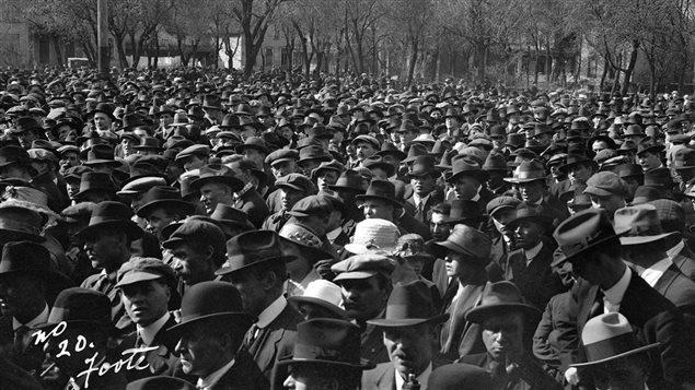 Grévistes rassemblés au Victoria park de Winnipeg, en 1919