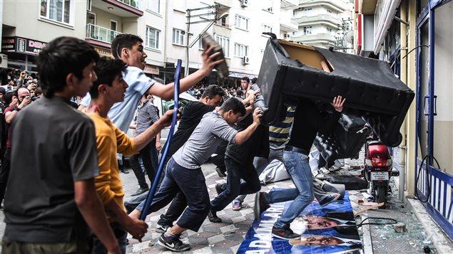 Des manifestants en colère saccagent les locaux du parti du premier ministre Recep Tayyip Erdogan à Soma.