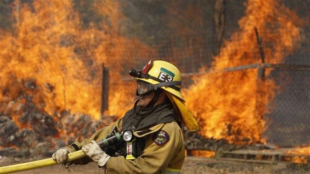 Un pompier combat les flammes à San Marcos en Californie où la situation sur le front des incendies de forêt est la plus préoccupante.