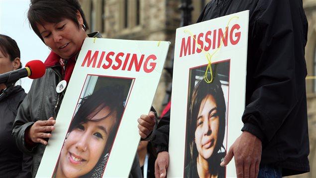 Devant le Parlement du Canada la semaine dernière, Laurie Odjick exhibe une photo de sa fille disparue en même temps qu'une autre jeune fille, en 2008. Toutes deux étaient âgées de 16 ans.