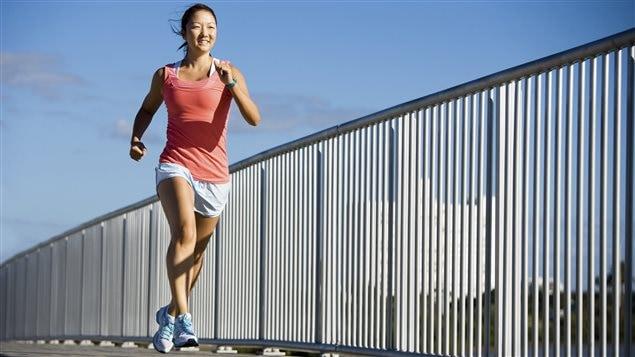 Une femme pratiquant la course à pied