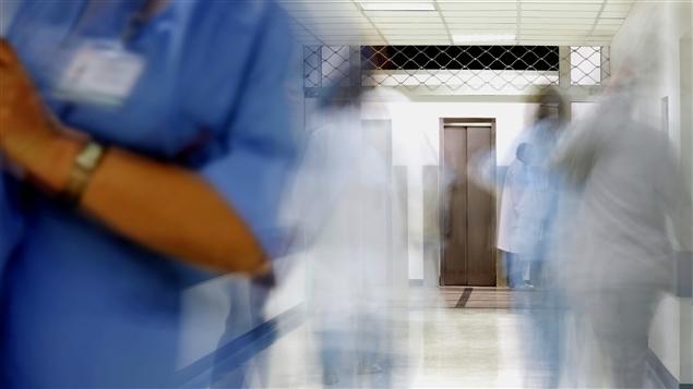 Employés dans un corridor d'hôpital