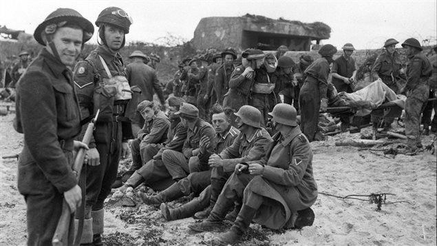 Les premiers soldats allemands captur�s par des Canadiens � la suite du d�barquement en Normandie.