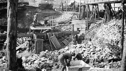 Recherche d'or à Bonanza Creek au Yukon vers 1899. Domaine public.