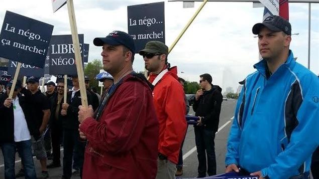 Des employés municipaux manifestent devant le congrès de l'UMQ, à Gatineau.