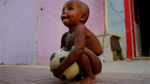 Un enfant de la Cité de Dieu, favela au coeur de Rio de Janeiro.
