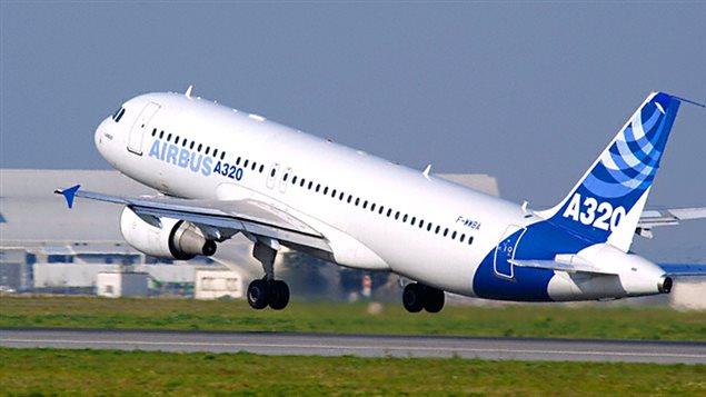 Un avion de type Airbus A320 décolle.