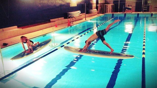 Jean-Patrick Balleux s'essaie au yoga sur planche à pagaie.