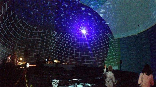 L'équipe de La sphère s'installe dans le dôme immersif de la SAT