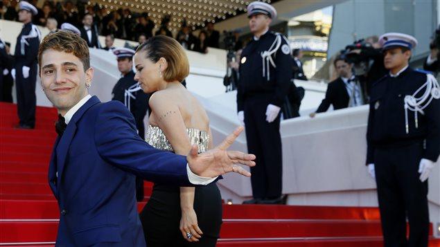 Xavier Dolan et Suzanne Clément montent les marches du Palais des festivals avant la cérémonie de clôture à Cannes
