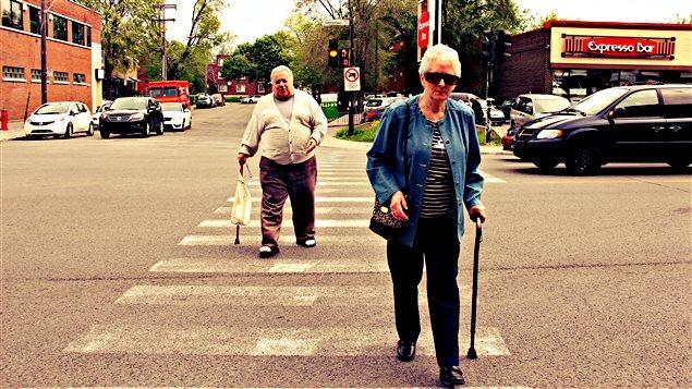Pas toujours facile pour les aînés de traverser la rue sans danger.