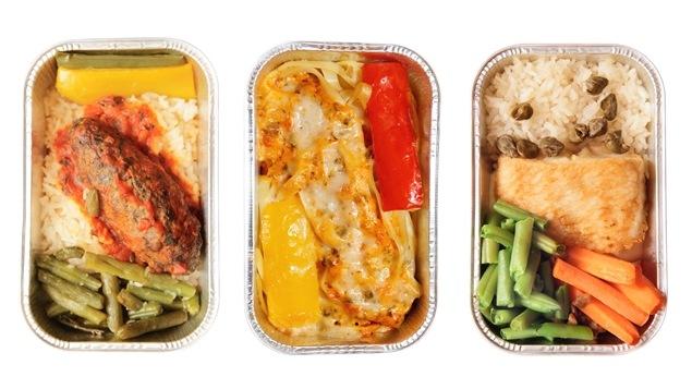 Trois types de repas offerts à bord d'un avion.