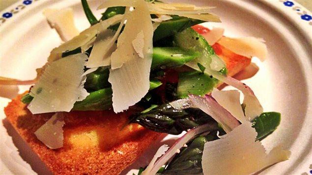 Tartine d'asperges à l'estragon et compote de rhubarbe.