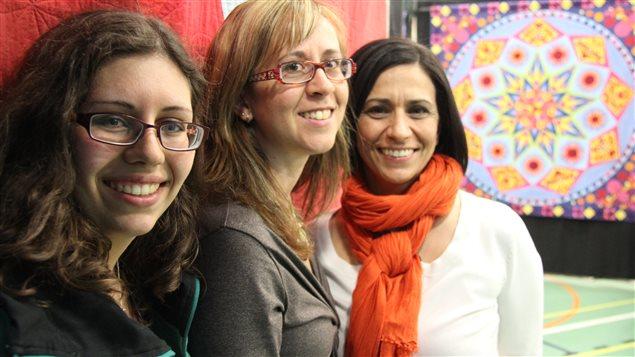 Florence Bianki, Josée Carrier et Cinzia Alloca s'adonnent à l'art de la courtepointe, version moderne.