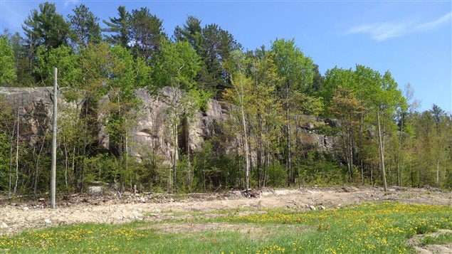 La paroi d'escalade de Ville-Marie, haute d'une quinzaine de mètres.