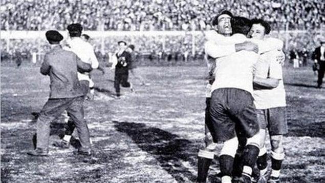 Le capitaine Uruguayen José Nazassi célèbre la victoire de son équipe avec d'autre joueurs, après une remontée spectaculaire contre l'Argentine lors de la première édition de la Coupe de monde de la FIFA en 1930.