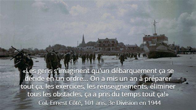Des soldats de l'infanterie canadienne débarquent sur la plage de Juno Beach et marchent en direction de Bernières-sur-Mer.