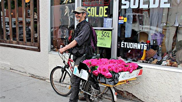 Des fleurs trouvées dans les poubelles et redistribuées gratuitement par un passant.