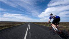 velo_cycliste_route_ciel