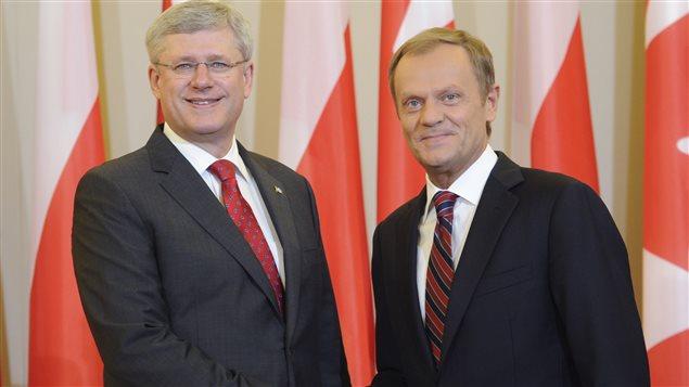 Le premier ministre Stephen Harper est reçu par son homologue polonais Donald Tusk, mercredi à Varsovie.