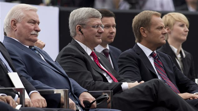 Stephen Harper assistait cette semaine au 25e anniversaire de la chute du communisme en Pologne aux côtés de Lech Walesa (à gauche), fondateur de Solidarité et ex-leader polonais, et du nouveau leader polonais, Donald Tusk. © PC/Adrian Wyld