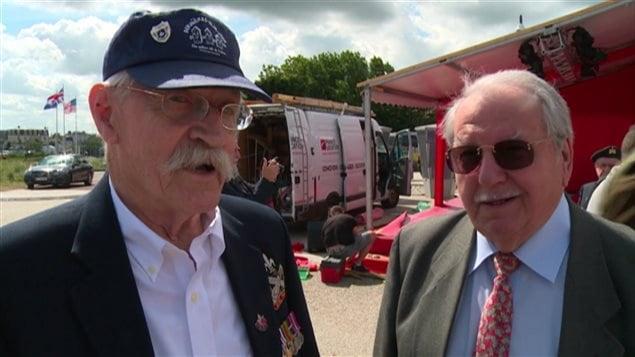 Un vétéran canadien et un Français sur une plage de Normandie pour commémorer le 6 juin 1944.