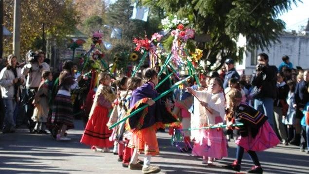Des enfants dansant le <em>pericon</em>, une danse folklorique argentine, sur la rue principale du village, à l'été 2006.