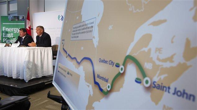 Le président de TransCanada, Russ Girling (2e depuis la gauche) lors de la conférence de presse le 1er août 2013 annonçant la construction du projet de l'oléoduc Énergie Est pour y faire acheminer le pétrole venant des sables bitumineux d'Alberta.