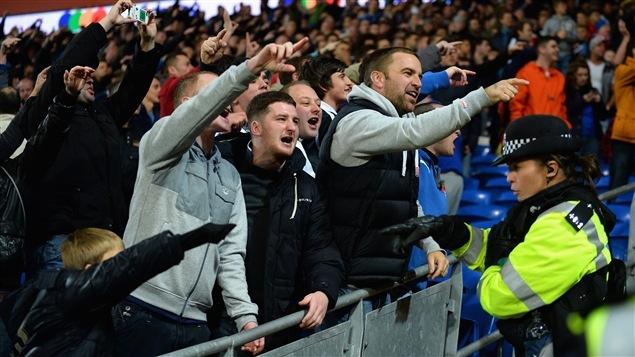 Des supporters entonnent un chant lors d'un match à Cardiff, au Pays de Galles.