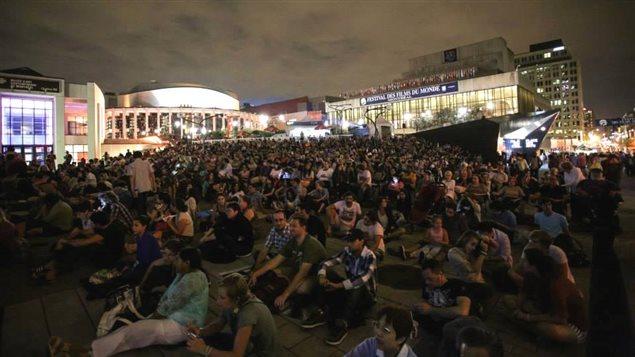 Une projection en plein air au Festival des films du monde 2013