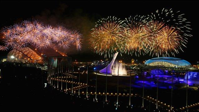 Feux d'artifice au-dessus du parc olympique de Sotchi à l'occasion de la cérémonie de clôture.