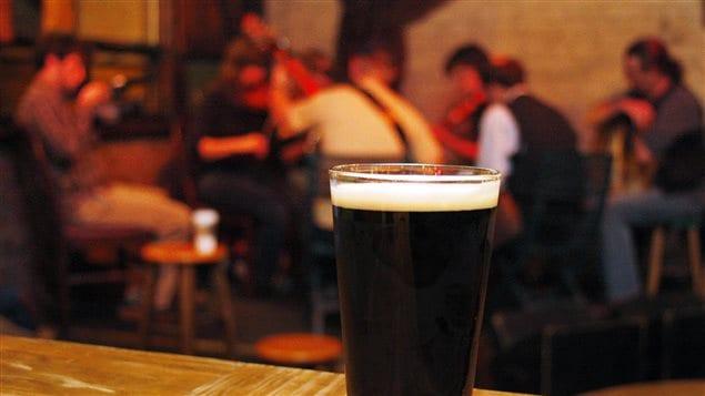 Des musiciens jouant de la musique dans un pub irlandais.