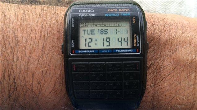 Après avoir accueilli une nouvelle batterie, la montre indique 1985, probablement son année de production.