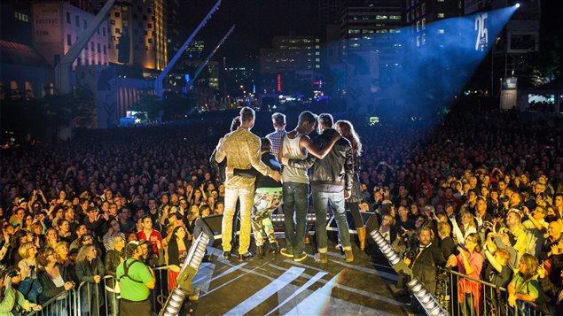Salut des artistes à la fin d'un spectacle extérieur au FrancoFolies de Montréal de 2013