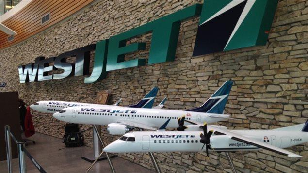 """مجسمات صغيرة لثلاث من طائرات شركة """"وست جت"""" الكندية"""