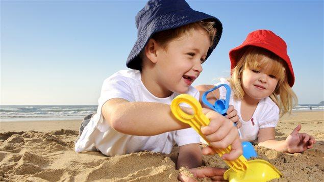 Deux enfants s'amusent dans le sable