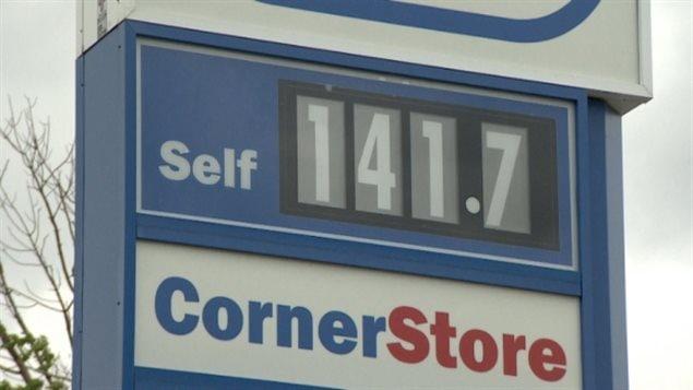 Le prix de l'essence bat des records dans certaines villes canadiennes.