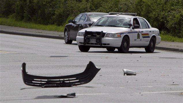 الشرطة تحقّق مع سائق في سورّاي في بريتيش كولومبيا في 28 نيسان ابريل 2013 بعد حادث سير وقع على الحدود الكنديّة الأميركيّة راح ضحيته 5 أشخاص