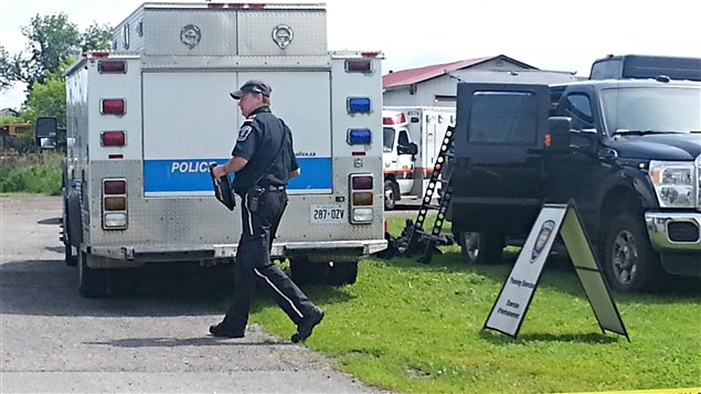 Un périmètre de sécurité a été installé . De nombreux véhicules de police et d'ambulanciers paramedics d'Ottawa sont sur place.
