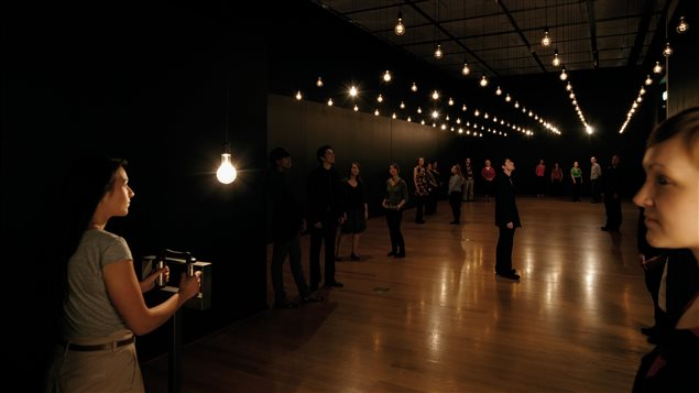 Rafael Lozano-Hemmer, « Pulse room » : 300 ampoules incandescentes, contrôleur de voltage, ordinateur, câblage, capteurs de fréquence cardiaque et support en acier inoxydable, 1/1