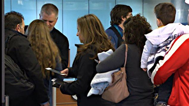 Des gens en attente à l'aéroport de Montréal