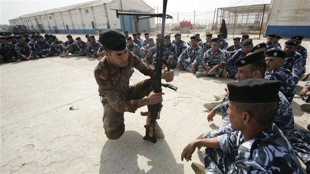 Des volontaires qui ont rejoint les rangs des forces de sécurité prennent part à un entraînement, à 80 km de Bagdad.