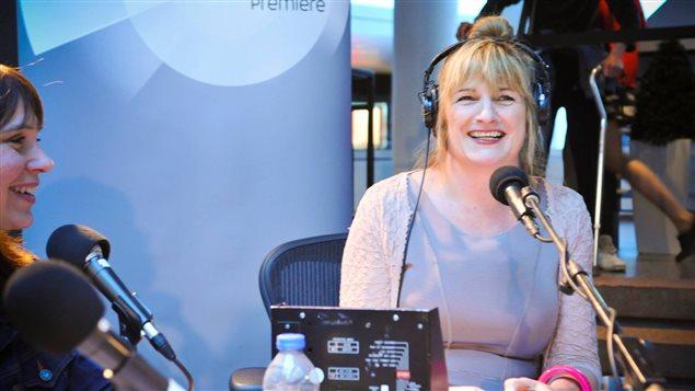 Marie-France Bazzo au micro lors de la dernière émission de la saison, en compagnie d'Annie Desrochers