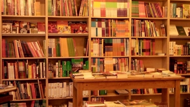 Une vue intérieure de la librairie Latitudes, à Budapest.
