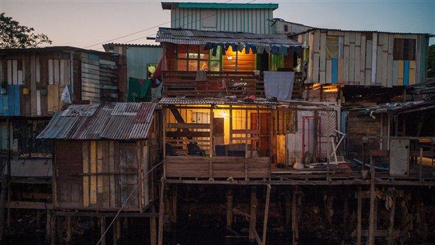 Les maisons sur pilotis <em>palafitas</em> de la ville de Manaus au Brésil